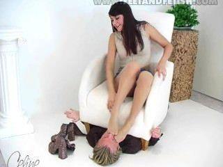 Chica alemana dominar chico con sus pies