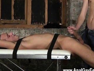 Video gay dos personas inmensamente colgadas en una
