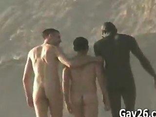 Hombres desnudos .. playa de nudismo