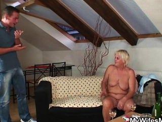 Abuela alcohólica seduce a su yerno