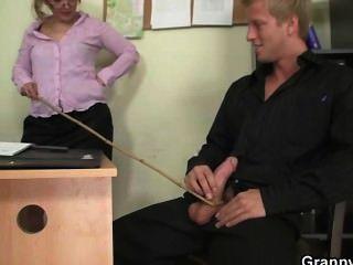 Oficina perra disfruta montando su vara