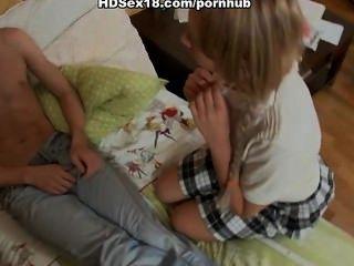 Rubia con coletas follando con su novio