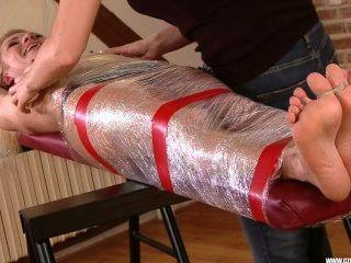 Milf momificado y cosquilleado
