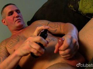 Tatuado, heterosexual, masturbándose