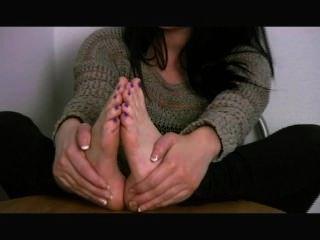 Diosa emma muestra sus suelas y chupa sus propios dedos