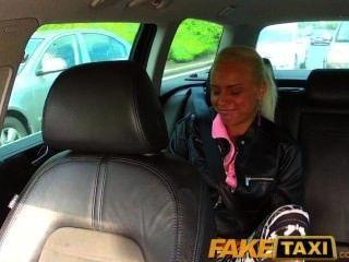 Faketaxi verdadero adolescente aficionado cae bragas y deja que el taxista la coja con
