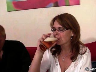 La mamá borracha obtiene su coño perforado