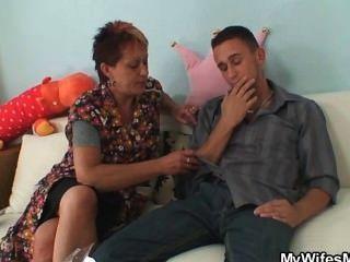 Ella le coge la mierda de la suegra