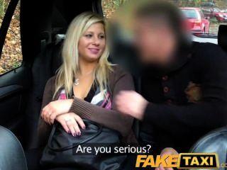 Faketaxi rubia habló en chupar y joder en el asiento trasero