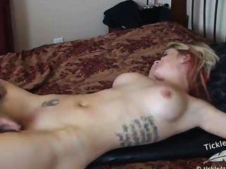 Tortura de cosquillas desnudas en la cama