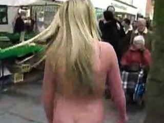 Desnuda en público, baile en la calle