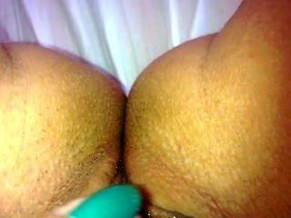 Chica tocando su coño mojado