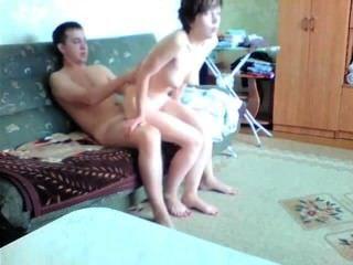 Pareja joven aficionado hace cinta de sexo en su sala de estar
