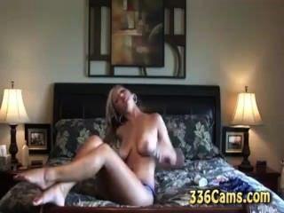 Caliente rubia adolescente tiras y corridas en la webcam