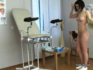 Morena rita se desnuda y se extiende las piernas para el examen médico