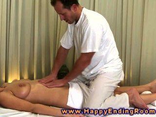 Modelo de masaje cachonda agarra masajes dick y lo pone entre sus tetas