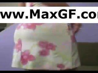 Ama de casa se quita el traje de baño y se burla de su webcam