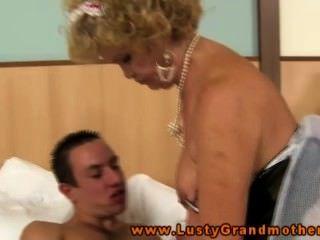 Peluda abuelita en lencería folla y chupa