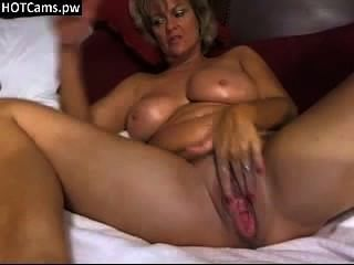 Mamá tetona caliente toying su coño desagradable grande en webcam hotcams.pw