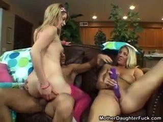 Madre e hija se divierten