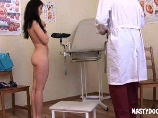 Linda adolescente obtiene coño examinado
