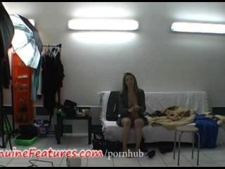 Super rubia delgada en video caliente backstage
