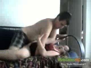 Super caliente pareja tetona cogida en el sofá en vivo a través de la cámara web