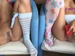 Dos cuties masturbándose en el sofá