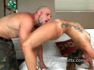 Su culo es grande y su coño está mojado