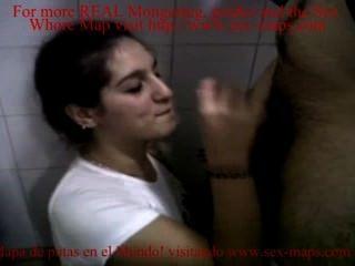 Follando una puta en el baño