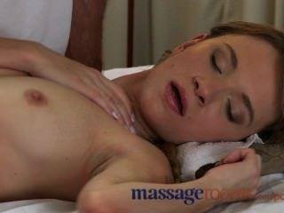 Salas de masaje tímido joven adolescente dado orgasmo profundo por una gran polla