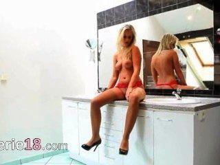 Mi esposa en la digitación del cuarto de baño