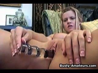 Lisa neils masturbándose su coño con su dedo y consolador