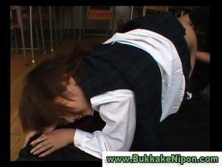 La chica de la escuela del chaleco del control del japonés consigue fingered y jodida