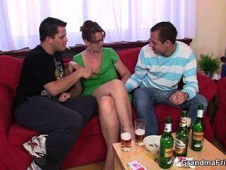Fiesta de trío borracho con el polluelo viejo