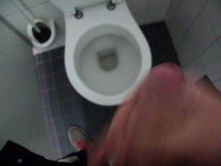 Chico tirón fuera y cum en baño público