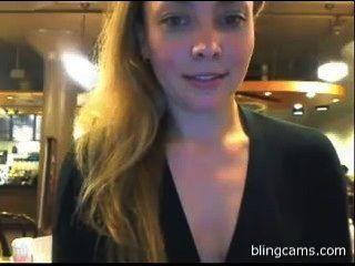 Público de destello en un café en vivo de la leva libre muestra blingcams.com