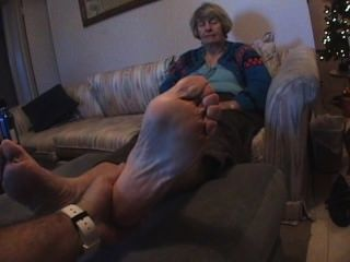 Abuela cosquillas pies