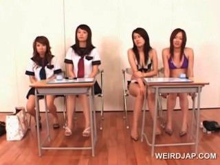 Colegio asiático niñas aprendiendo a dar la mamada perfecta