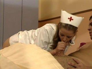 Tyra misoux enfermera alemana cura a un paciente