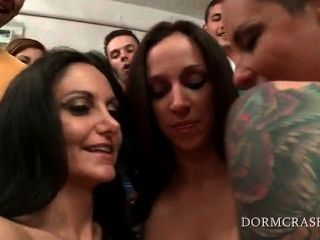 Pornstars desnudas haciendo un show de sexo para la universidad adolescentes cachondas