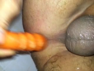 Follando mi culo sucio en la ducha con una zanahoria!24karrot!