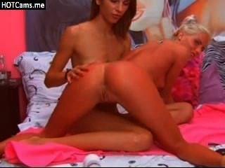 Dos chicas lesbianas sexy jugando