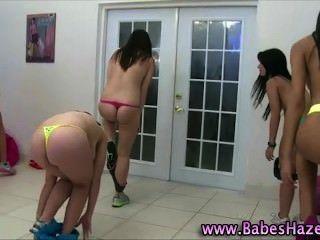 Adolescentes universitarios desnudos que ejercen