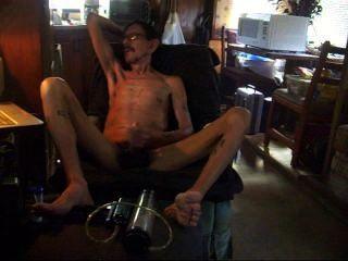 Papá masturbándose después de bombear su pene