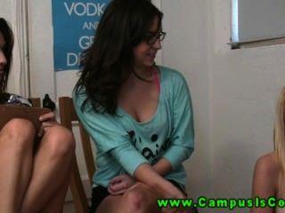 Chicas calientes y cachondas de la universidad son a menudo tener sexo salvaje en frente de la cámara