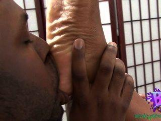 Adoración del pie del ébano del amor de la sinnamon