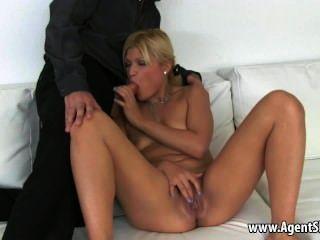 Sabrosa rubia aficionada rubia dando a su agente una mamada
