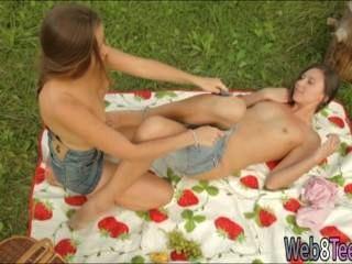 Kaitlyn y diva picknicking n hacer