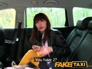 Faketaxi japonés turista recibe su coño apretado follada